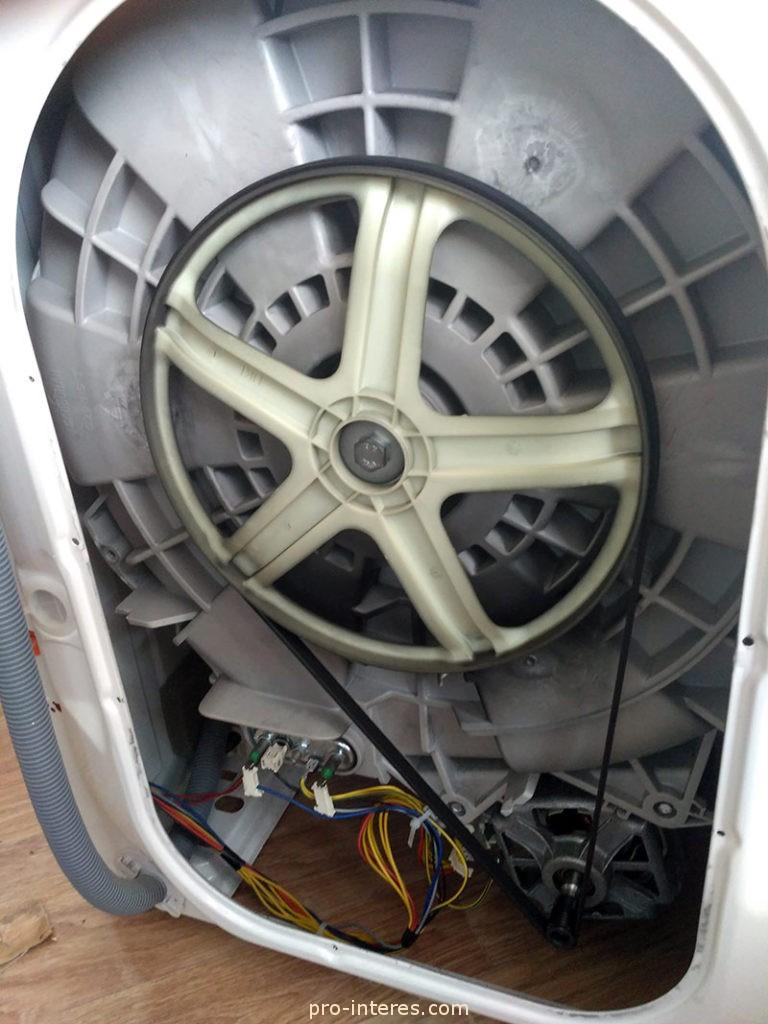 Стиральная машинка AEG со снятой задней крышкой