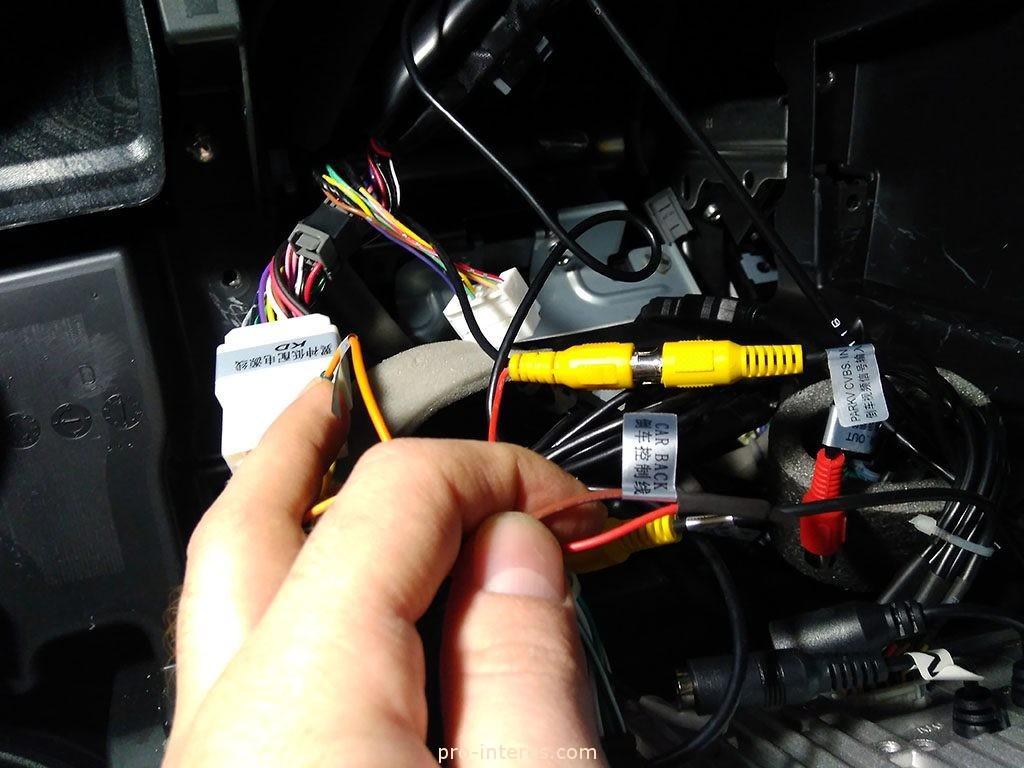Подключаем видеокабель камеры к магнитоле