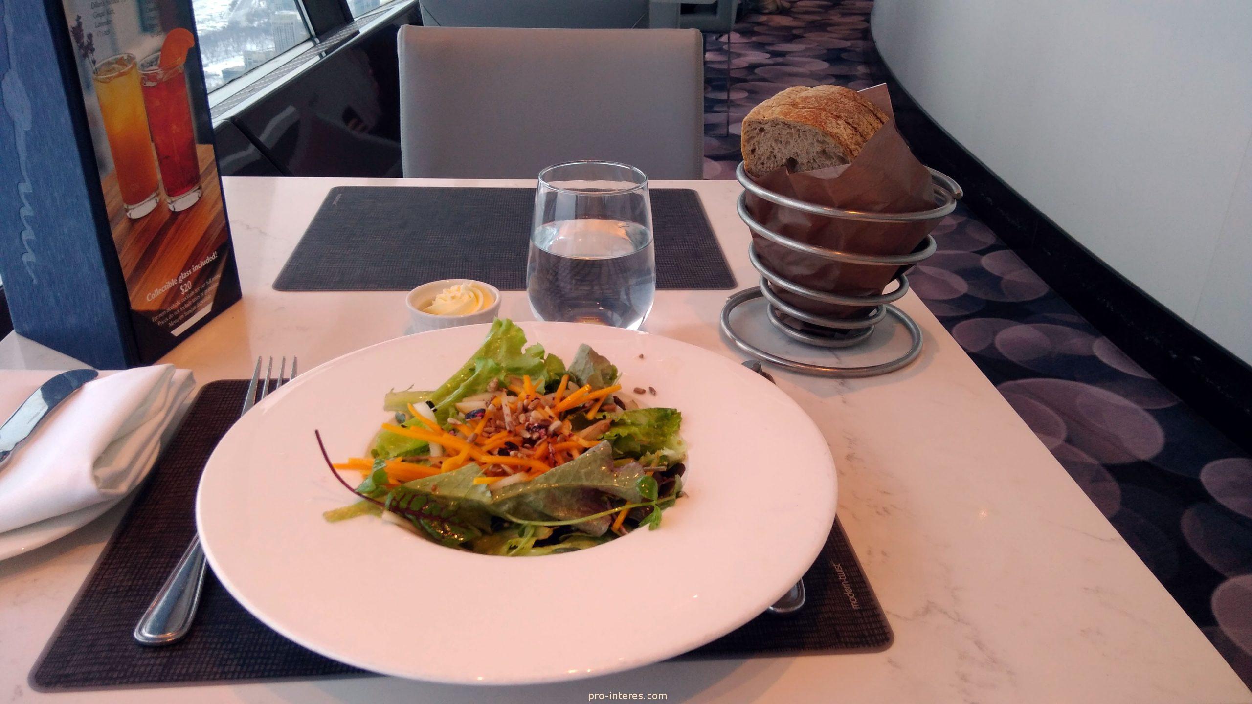 Organic green salad ресторан 360 Торонто